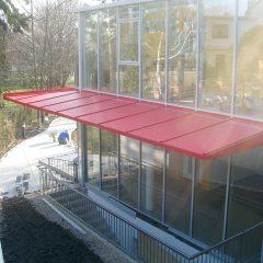 Alu-Pfosten-Riegelfassade mit Vordach