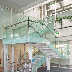 Stahltreppe mit Nurglasgeländer